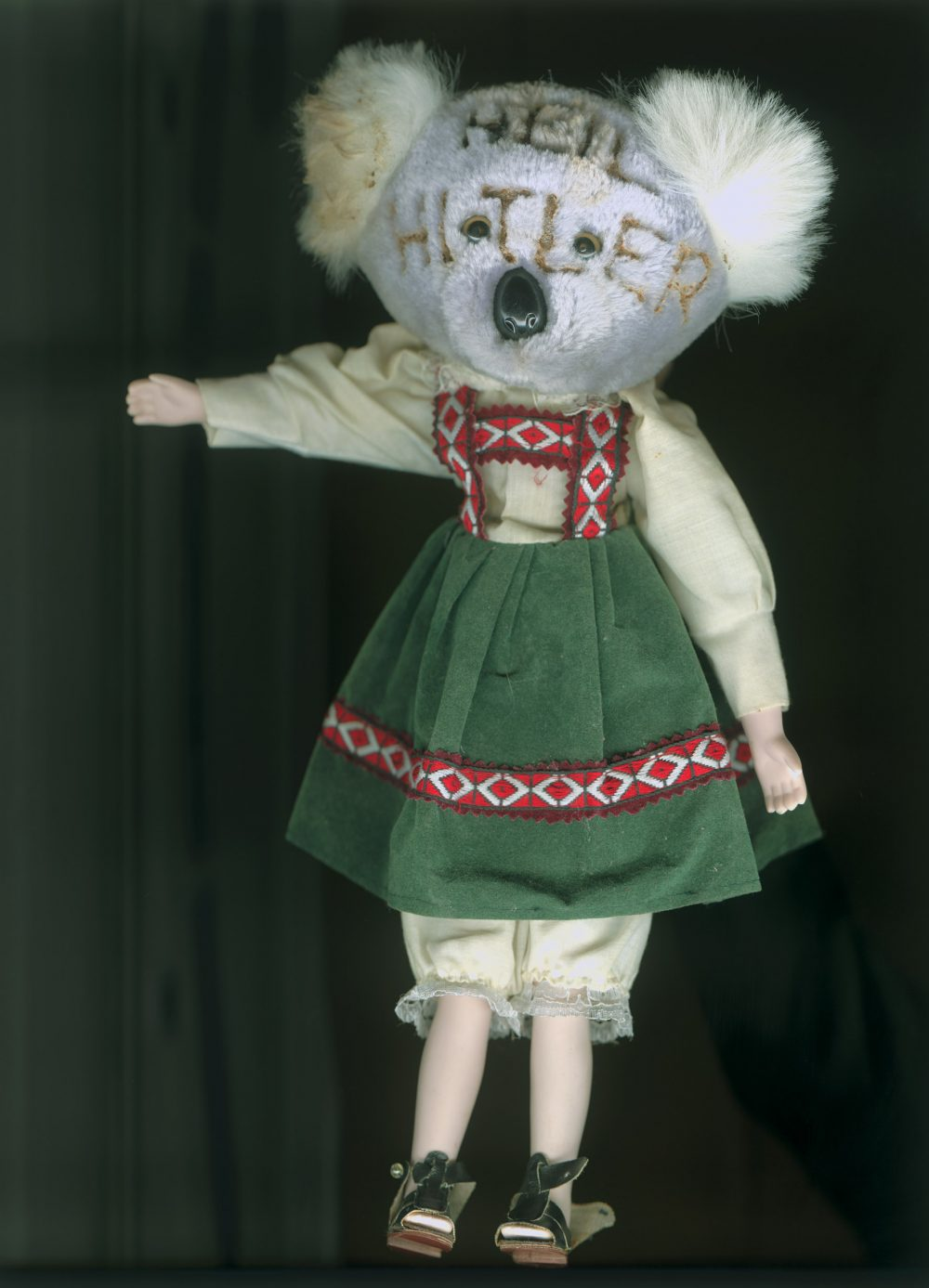 Worry Dolls: Heili (2010), Archival ink auf Fotopapier, 60 x 40 cm, Ed. 5