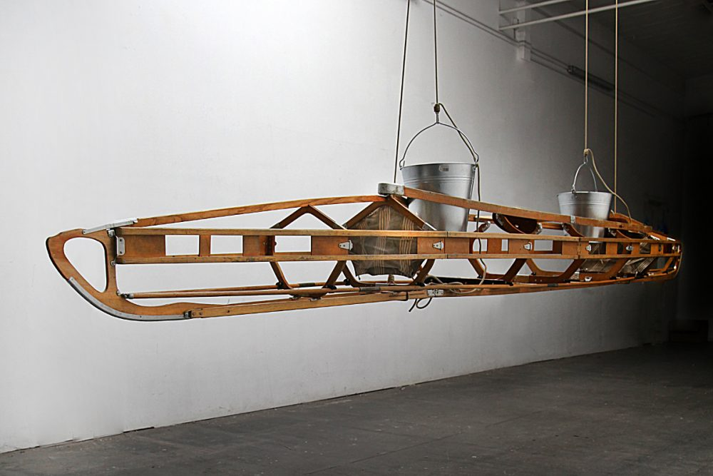 Dry Run (2015), Installation, Faltboot, Eimer, Wasser, variable Größe (ca. 500 cm Länge), Ed. 3 + 1 AP