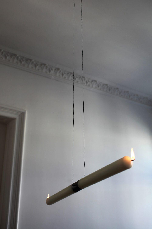 Palindrom (2015), Installation, 2 Kerzen, Metalaufhängung, variable Größe, Ed. 3 + 1 AP