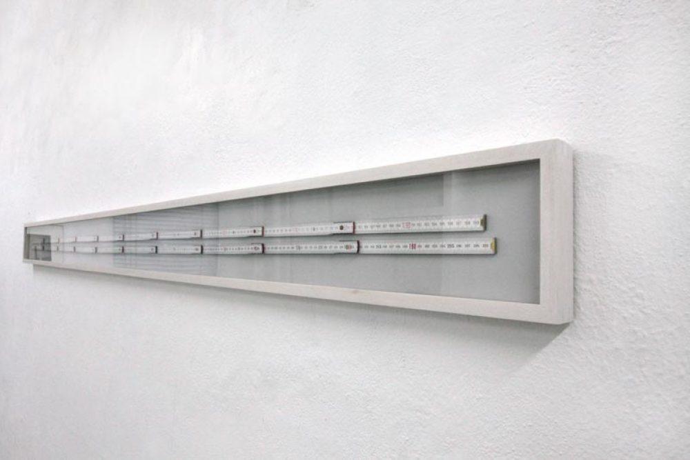 Zwei Meter (2011), 2 Zollstöcke als gerahmte Objekte, 13 x 215 cm