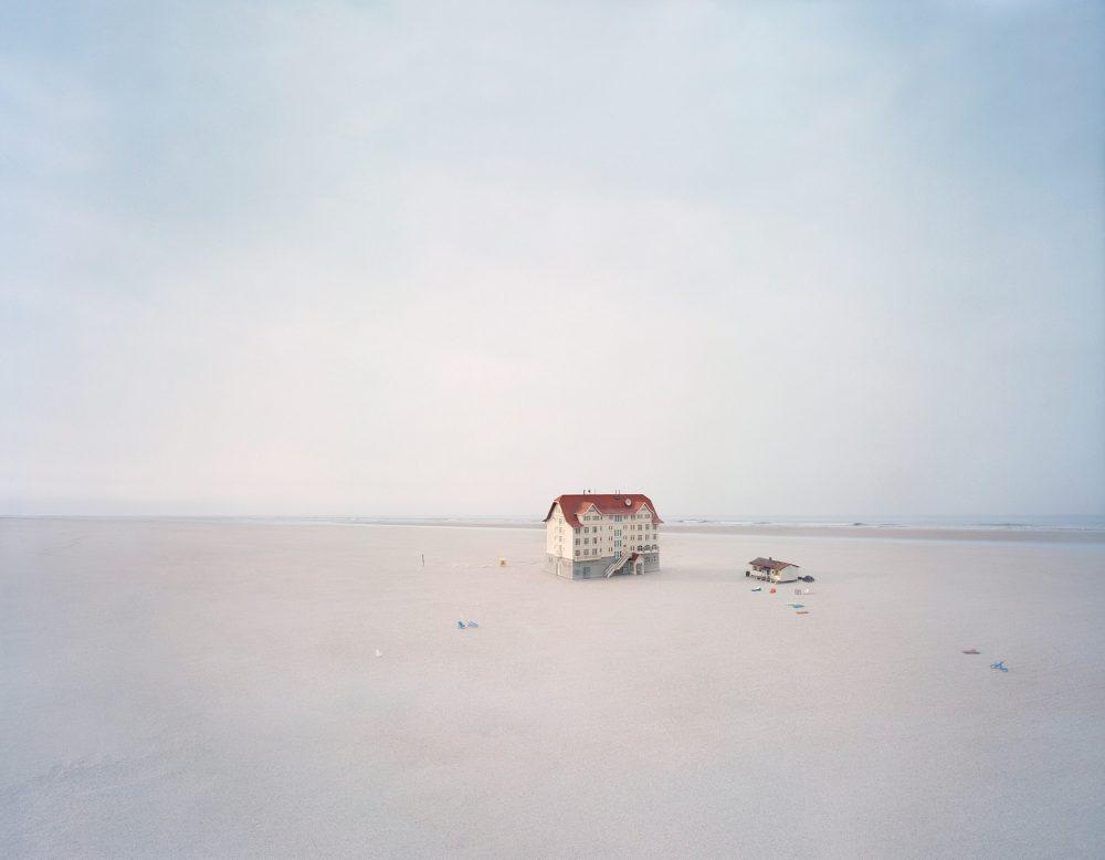 Beach Hotel (2008), Lambda Print/Diasec, 140 x 180 cm, Ed.5  und 95 x 120 cm, Ed. 7